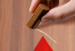 Voor iedere kleur hout is er een marker om beschadigingen of krasjes weg te werken